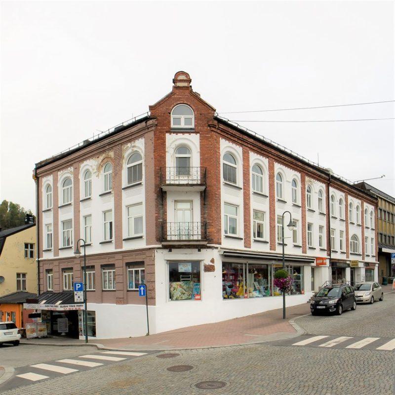 Staselig, historisk bygård (evt. hotell) midt i Notodden sentrum. Sjelden mulighet. Veldrevet og gode inntekter.