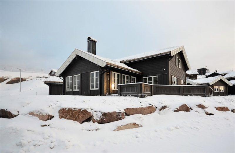Aspen - Branäsberget. Fjellhytte-tun med vidstrakt utsikt, rett ved skibakken! Nyere familiehytte med gjesteanneks og scootergarasje.