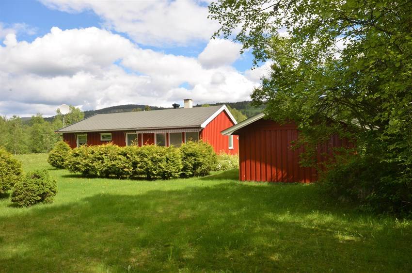 Eiendommen med bolig og garasje