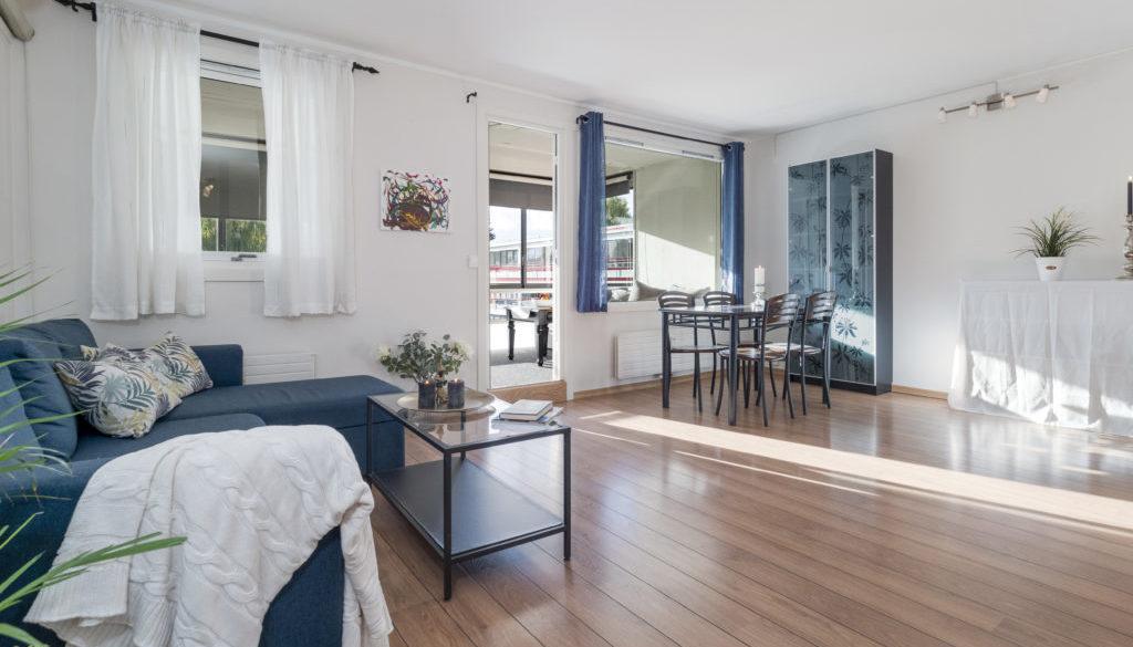 Stor og lys stue med god plass til sofakrok og spisebord.