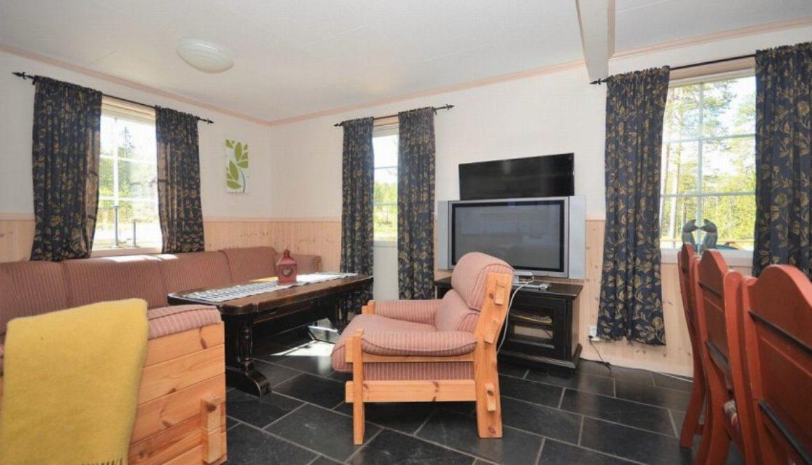 Lys stue med god plass til sofakrok