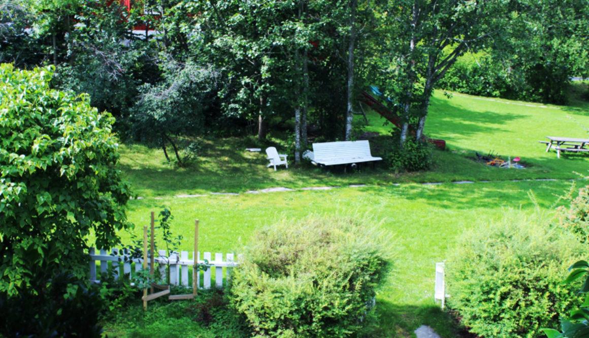 Skjermede fellesarealer med lekeplass, benker, fotballbane, felles område for gressklipper og tørking av tøy.