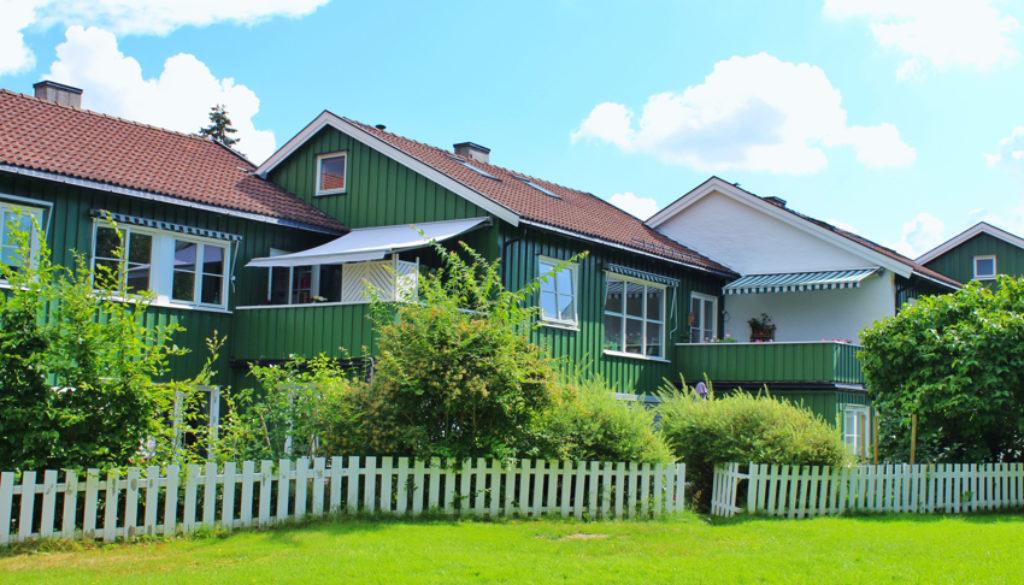 Velkommen til Holmengrenda 7. 2 etg + loft. Verandaen sett fra fellesarealene bak husene. Verandaene er bygget spesielt slik at det ikke er noe innsyn.